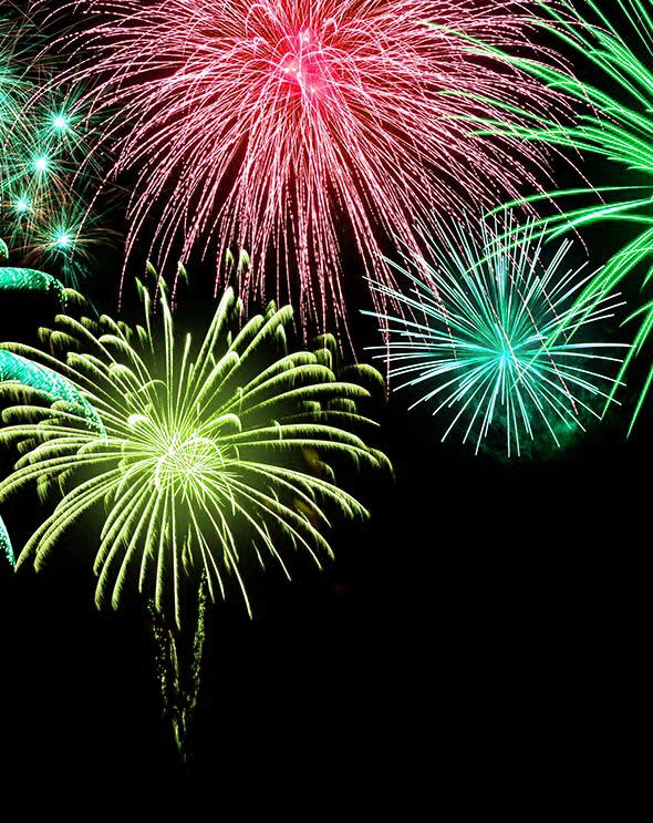 Stimmungsvolles buntes Feuerwerk auf Schwarz, mit Textfreiraum